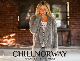 Nærbilde av dame i klær fra Chill Norway. Inneholder logo og teksten Quality is natural. Bildet er brukt som knapp til kategorien Chill Norway i nettbutikken.