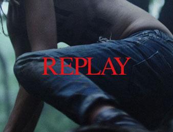 Nærbilde av jeans med replay logo. Brukt som knapp til kategorien replay i nettbutikken