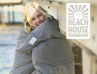 Bilde av dame i sovepose med logooen til Beach House. Brukt som knapp til kategorien Beach House i nettbutikken.