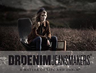 Bilde av dame i stol med klær fra DR denim. Inneholder logo med teksten Dr Denim Jeansmakers. Brukt som knapp til kategorien DrDenim i nettbutikken