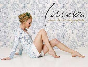 Bilde av dame som sitter på gulvet med genser fra Lilleba. Brukt som knapp til kategorien Lilleba i nettbutkken