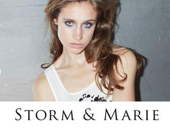 Bilde med logo fra storm og marie. Brukt som knapp til kategorien storm og marie i nettbutikken